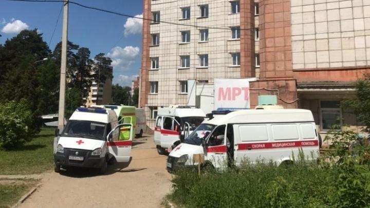 У пермских больниц, где делают КТ для пациентов с COVID-19, выстроились очереди из карет скорой помощи