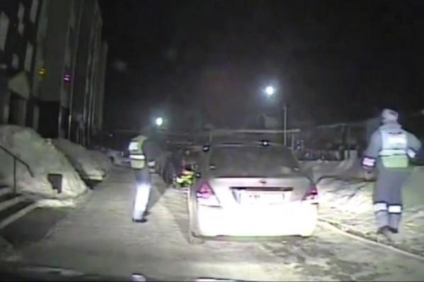 Машина привлекла внимание тем, что свернула во дворы при инспекторах