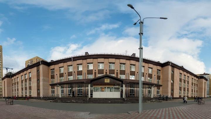 «Продам за миллион, нужны деньги срочно»: кто и зачем выставил на продажу здание тюменской школы