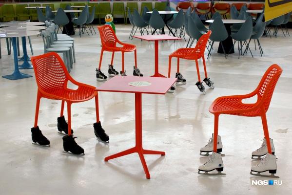 Каток МЕГИ оккупировали стулья