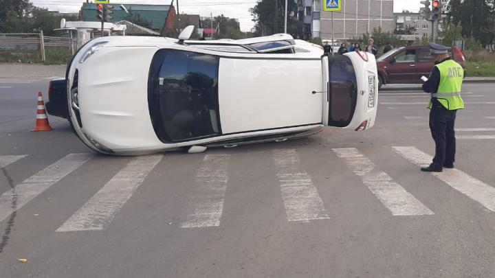 На заднем кресле авто сидела 5-летняя девочка: в Екатеринбурге Nissan столкнулся с Hyundai и перевернулся на бок