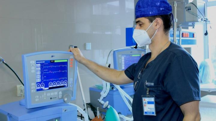 В ковидные больницы Омска передали еще 100 аппаратов ИВЛ