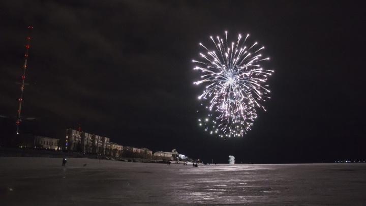 И ветер не помеха: смотрим видео салюта к 23 Февраля в Архангельске