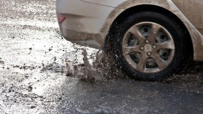 «Ямы под водой, едут вслепую»: несколько машин пробили колёса на площади Труда