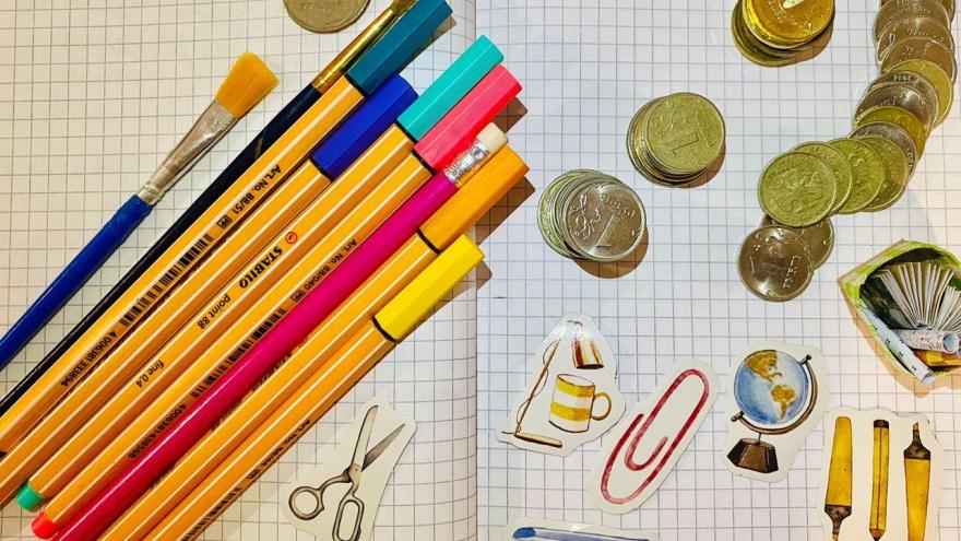 Пятёрка за сто: психолог о том, нужно ли платить ребёнку за домашние обязанности и хорошую учёбу