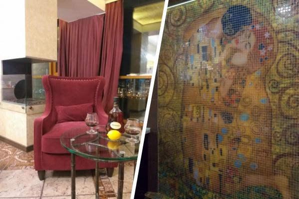 Из примечательного в продающейся квартире: камин, несколько гардеробных и панно-мозаика во всю стену ванной комнаты