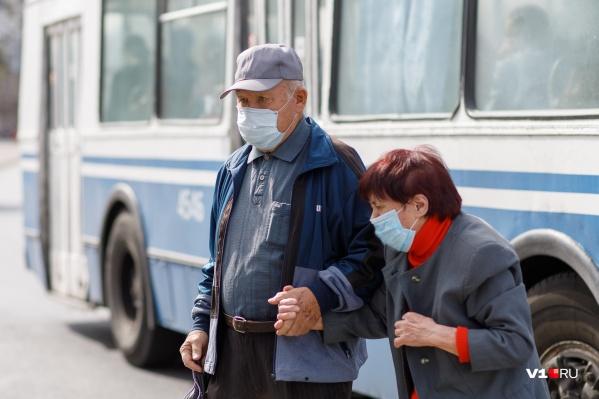 Чиновники и медики все чаще просят волгоградцев самим справляться с опасным вирусом