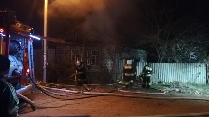 В Волгограде почти час тушили загоревшийся дом