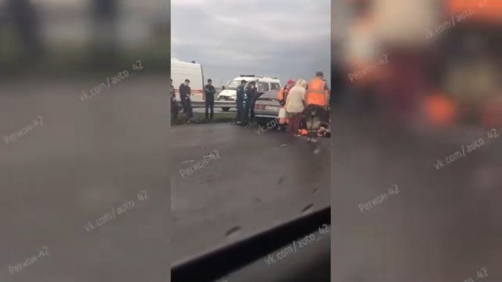 На кузбасской трассе легковушка врезалась в КАМАЗ: один человек погиб, четверо пострадали