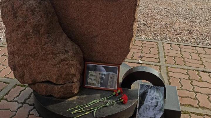 У памятника жертвам политических репрессий появилась фотография Ирины Славиной