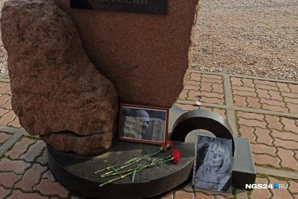 Стихийный мемориал появился на площади Мира