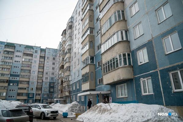 Колясочные в многоквартирных домах жильцы обычно сдают под магазины, но в доме на Высоцкого, 31 из этого помещения сделали квартиру