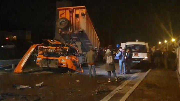 Движение восстановлено: онлайн-репортаж с Челябинского тракта, где грузовик снес пешеходный мост
