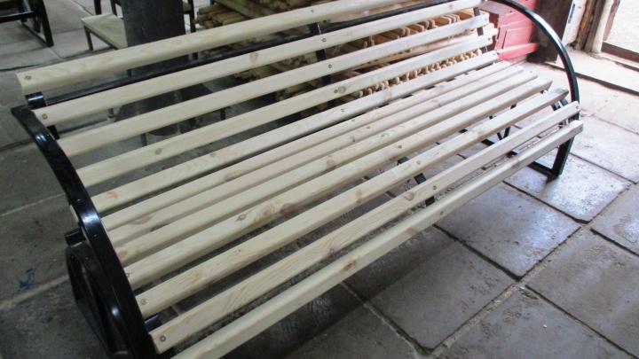 Омские заключённые сделали полсотни скамеек для парка Победы