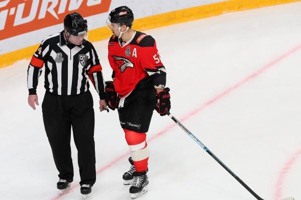 Сергей Широков спрашивает у судьи, законно ли будет перейти в «Спартак» после выступлений за армейские клубы