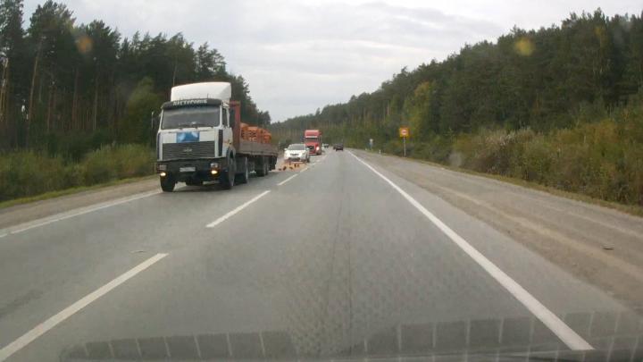 Под Екатеринбургом легковушку посекло осколками кирпичей, выпавших из грузовика: видео