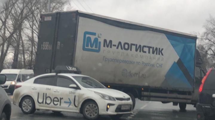Такси влетело в грузовик: новосибирские водители застряли в 6-километровой пробке на Бердском шоссе