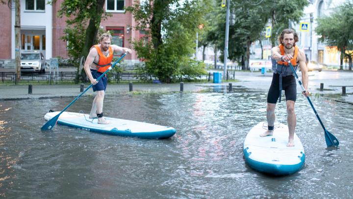 Екатеринбуржцы проплыли на досках по затопленным улицам в центре города
