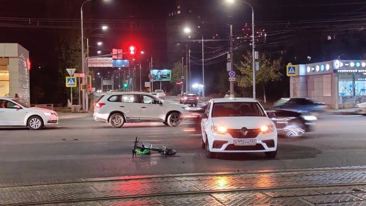 «Его вообще здесь быть не должно»: в центре Волгограда в ДТП попал мужчина на электросамокате