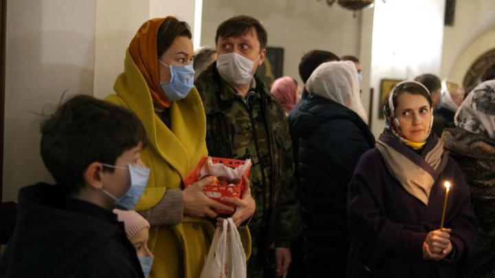 Пасха в масках: что происходило на богослужении в Успенском соборе