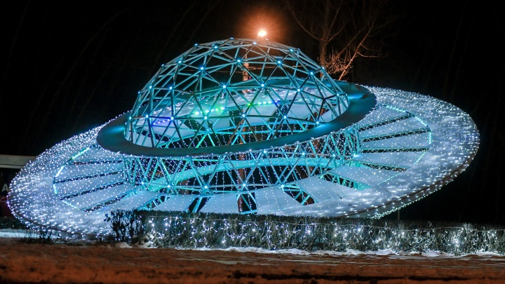 Ледовые городки в районах и космические украшения: в мэрии рассказали о новогодней программе — 2021