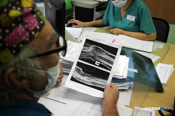 Из-за бумажной работы, которой завалили врачей, у медиков не остаётся времени на самих пациентов
