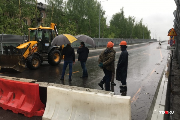 Въезд на мост блокировали бетонными плитами