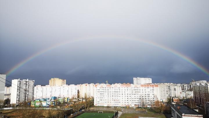 Как нарисованная: 9 фото очень чёткой радуги, раскинувшейся над городом