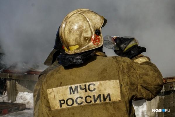 Очевидцы сообщают, что за час до пожара из труб предприятия выходил оранжевый дым