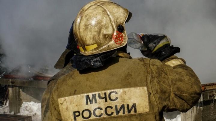 В Кемерово 120 человек тушили пожар на «Азоте». Из труб выходил оранжевый дым
