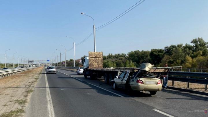 Водитель просто родился в рубашке: в Волгограде у иномарки после ДТП срезало крышу