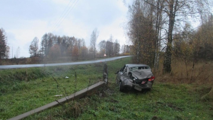 В Ярославской области «Лада» вылетела в кювет и снесла фонарь
