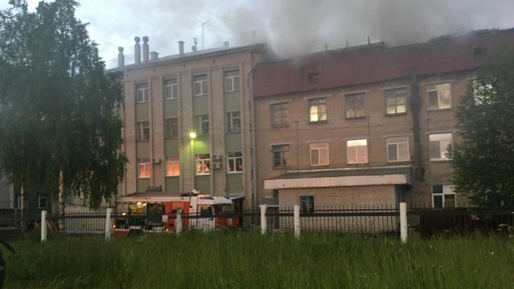 Ночью в Архангельске загорелось здание станции переливания крови