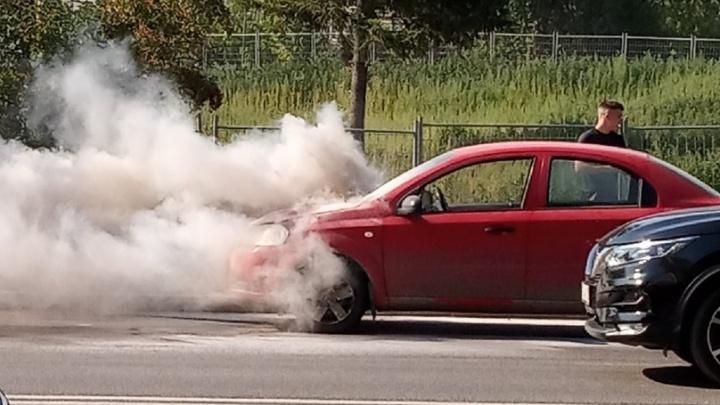 В Екатеринбурге на ходу загорелась машина: публикуем видео с места происшествия