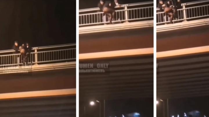 «Вырывалась из рук »: едва не упавшую с моста в Тюмени девушку спасли спортсмены