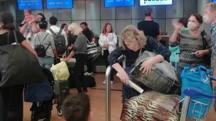 «На взлетной полосе один самолет»: туристов из Екатеринбурга, застрявших в Египте, вывозят в Россию
