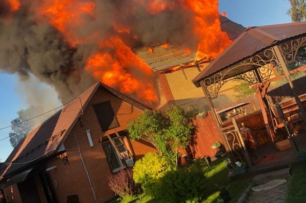 Пламя было видно издалека, а с соседних участков выглядело совсем угрожающе