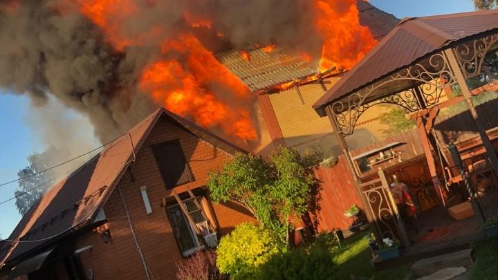 Пламя взлетело на несколько метров: огромный двухэтажный дом сгорел в дачном кооперативе под Тюменью