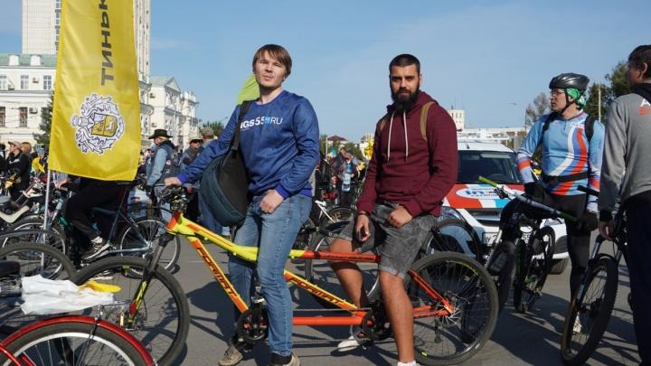 На Соборной площади стартовал «ВелоОмск»: прямая трансляция с тандема от NGS55.RU