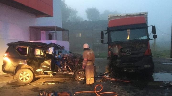В Архангельске погиб пассажир внедорожника, въехавшего в припаркованный грузовик
