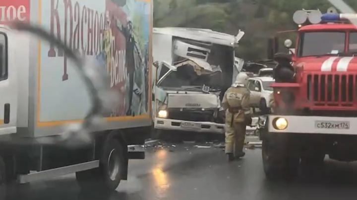 В аварии с участием четырёх машин на М-5 погиб водитель большегруза. Последствия попали на видео