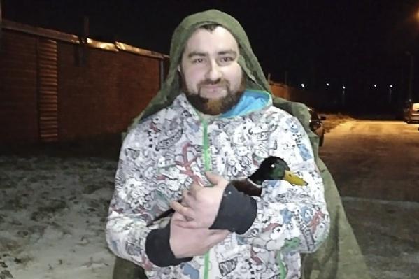 Антон ночью бегал по берегу, чтобы поймать раненого селезня
