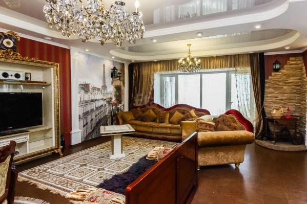 Подвесные потолки и необычная мебель могут достаться новому хозяину вместе с ключами от этой квартиры