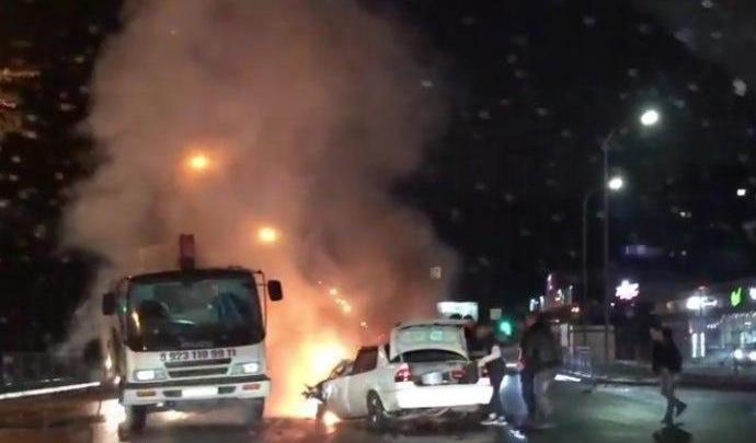 В Ленинском районе «Тойота» загорелась после столкновения с грузовиком — пострадали три человека