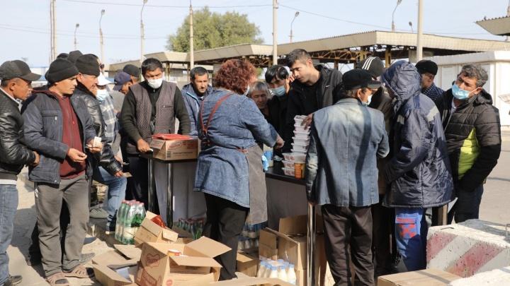 Вместо лагеря, палаток и пунктов питания: на вокзале Волжского гастарбайтерам продают «Доширак»