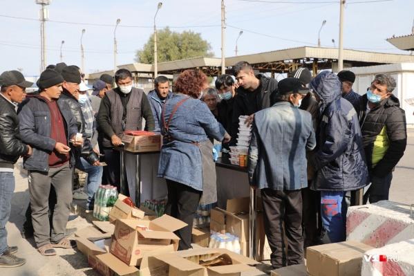 Подвоза продуктов мигранты ждали с самого утра