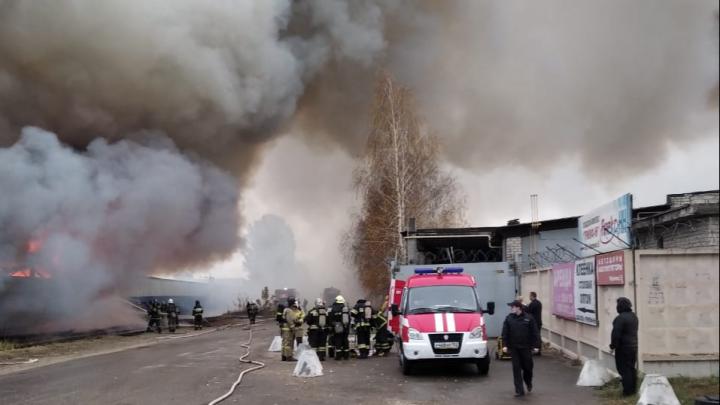 Видео дня: в сормовской промзоне горит огромный склад