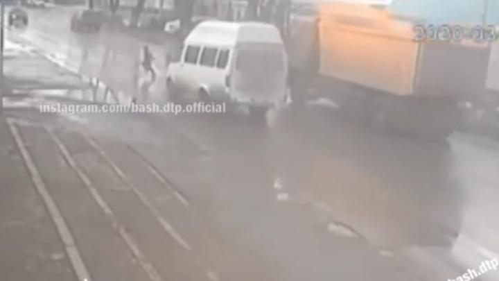 В Уфе ребенок чудом остался жив, ускользнув от маршрутки, момент попал на видео