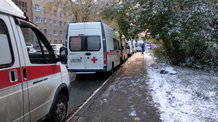 В Новосибирске возле больницы для ковидных пациентов выстроилась очередь из скорых