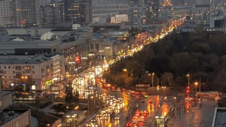 Екатеринбург встал в девятибалльные пробки